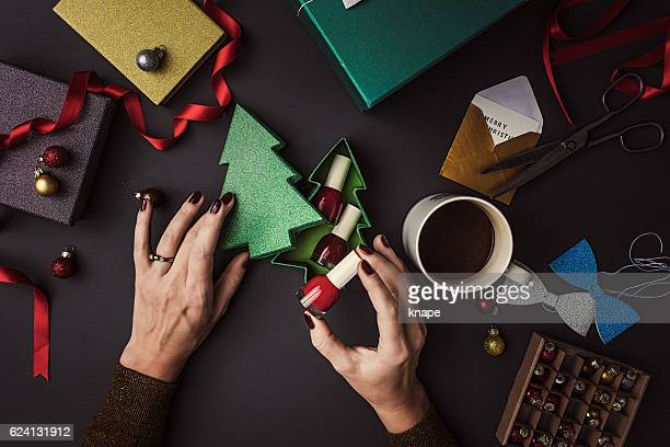 Emballage des cadeaux de Noël femme contemporaine