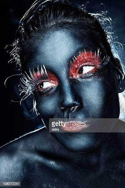 Mulher negro pintado com longa Silver pestanas.