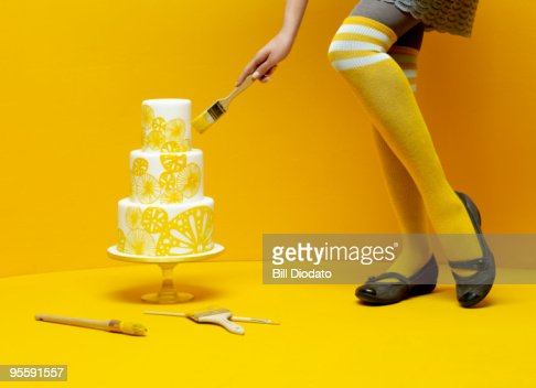 Woman painting wedding cake : ストックフォト