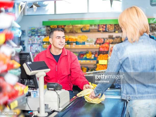 Femme payer pour les achats d'épicerie