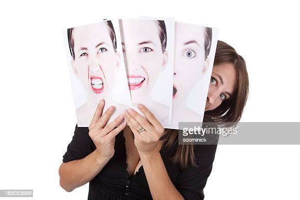 Mujer detrás de echar un vistazo a las fotos de sus emociones