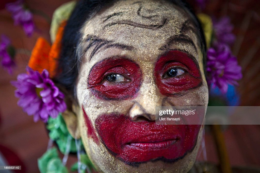 A woman performs as a fool during wedding ceremony as part of the Royal Wedding Held For Sultan Hamengkubuwono X's Daughter Gusti Ratu Kanjeng Hayu And KPH Notonegoro on October 22, 2013 in Yogyakarta, Indonesia. Wedding celebrations will take place October 21-23 October. The wedding parade will include 12 royal horse drawn carriages and will be streamed live on the internet so that it can be watched by people all over the world.