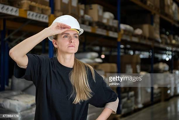 Donna esegue il controllo del magazzino