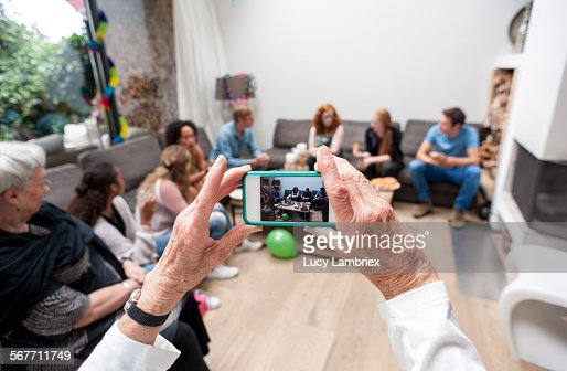 Woman photographing her family : Stockfoto