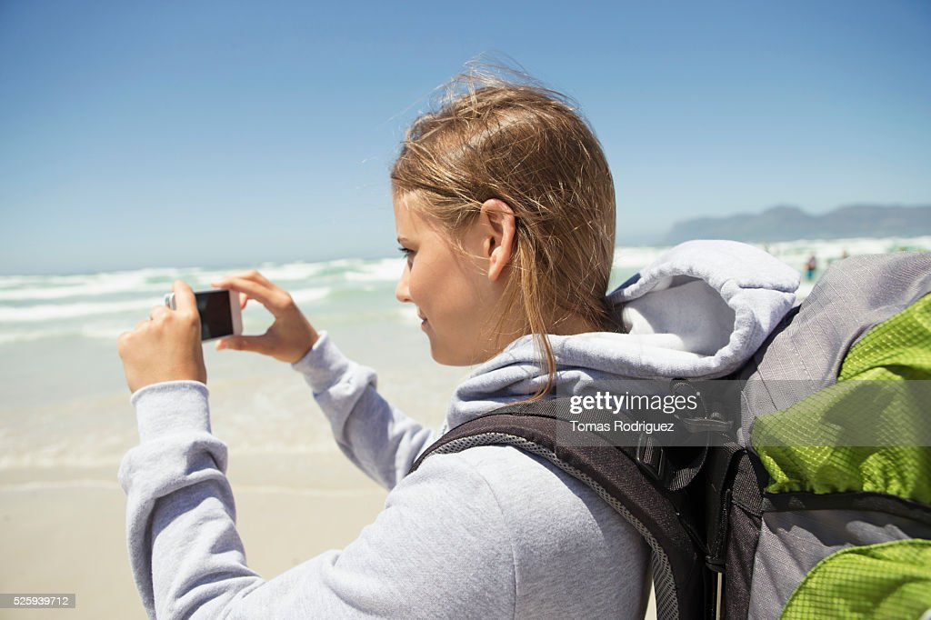 Woman photographing sea : Foto de stock
