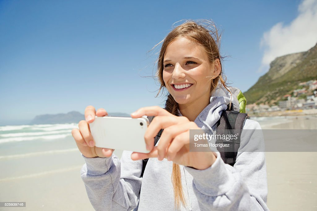 Woman photographing sea : Stockfoto