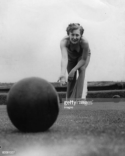Woman playing bowls outdoor Stanley Park Blackpool Photograph61935 [Frau beim Boccia im Freien Stanley Park Blackpool Photographie61935]