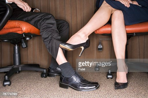 Женские ножки под столом фото 13080 фотография