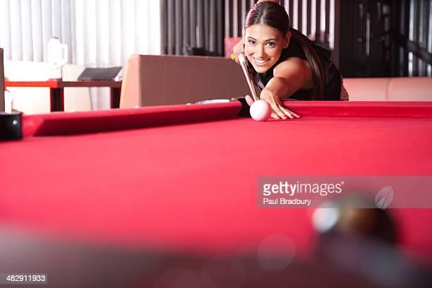 Frau spielt pool und Lächeln