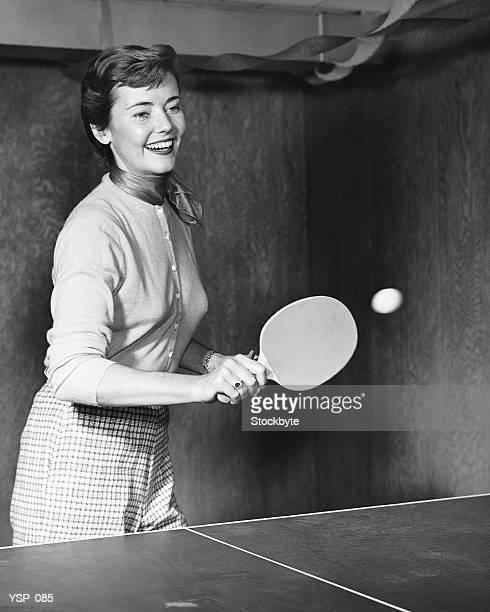 Donna giocando a ping-pong