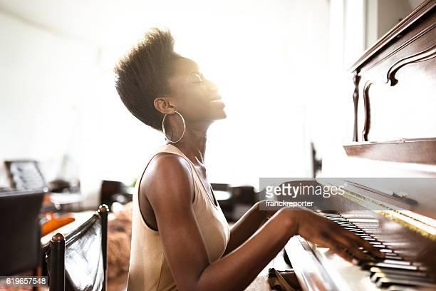 女性のピアノ演奏