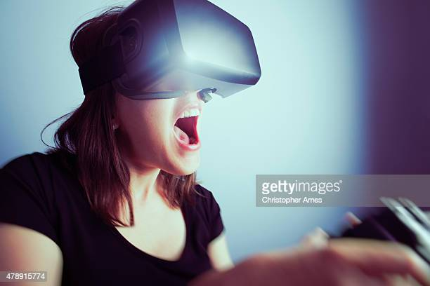 Femme jouant des jeux vidéo avec casque de réalité virtuelle