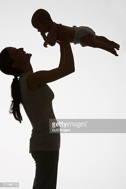 Eine Frau spielt mit einem baby