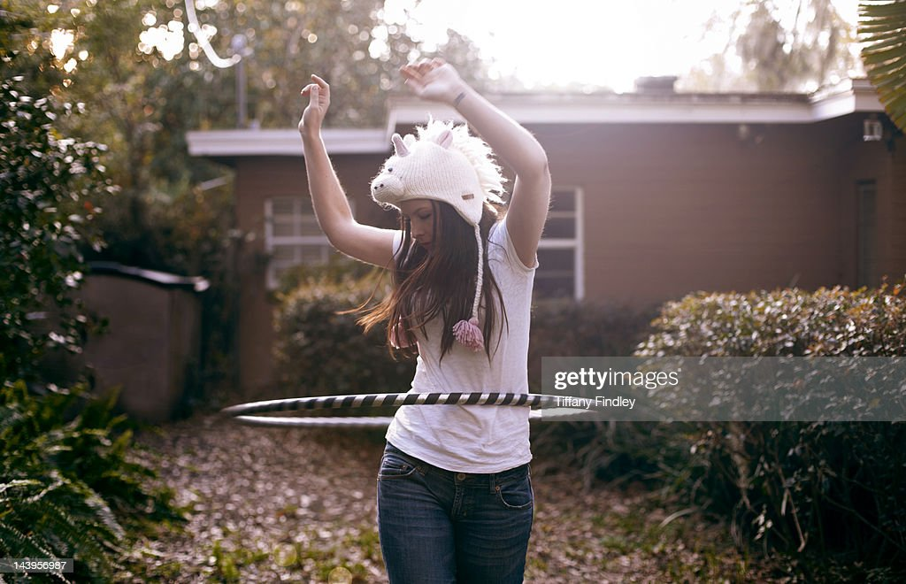 Woman playing with hula hoop : Foto de stock