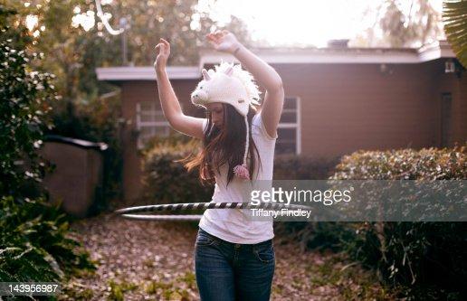 Woman playing with hula hoop : Foto de stock