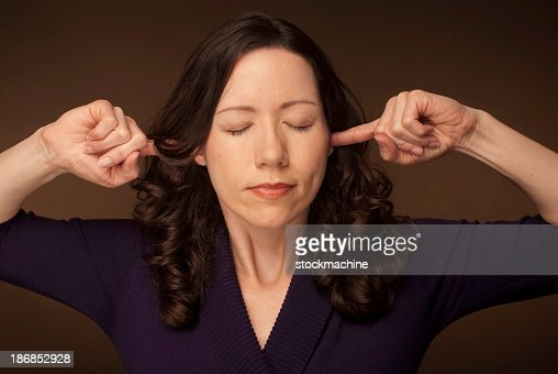 Donna collegando le orecchie