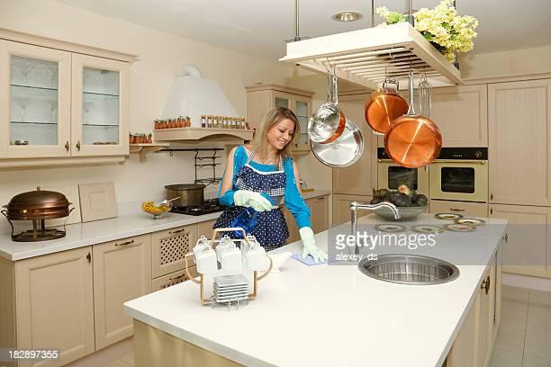 Donna Prepara un tavolo in cucina