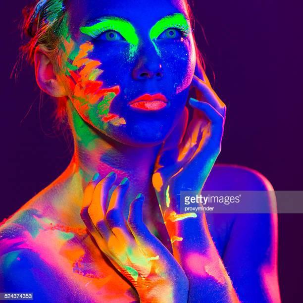 Portrait de femme belle avec un maquillage UV Couleur