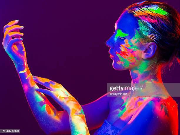 女性のポートレートペインティッド、UV メイクアップ色