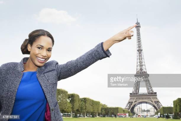 Frau posieren, als auf dem Eiffelturm, Paris, Frankreich