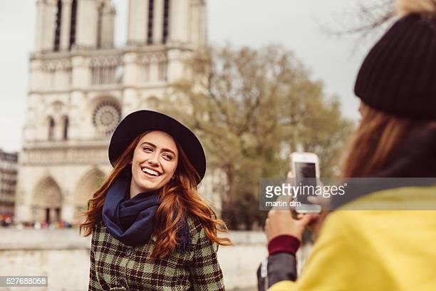 Femme posant pour une photo sur Notre-Dame de Paris