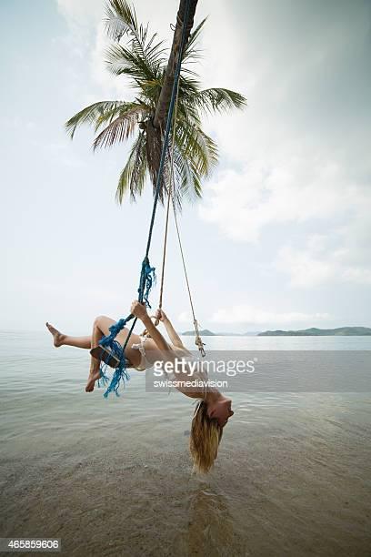 Frau posieren auf Meer-saw auf der tropischen Insel