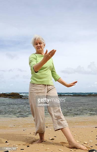 Donna praticare Tai Chi sulla spiaggia
