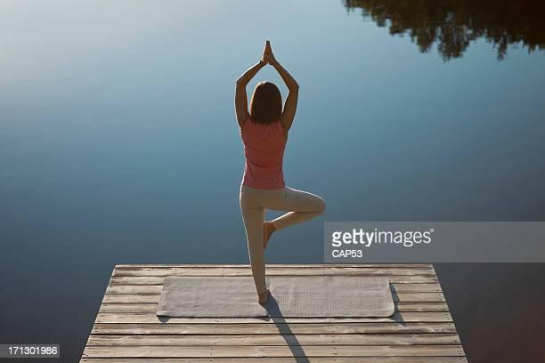 Femme pratiquant Yoga en posture de l'arbre