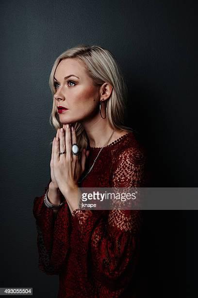 Frau Beten Hand im namaste