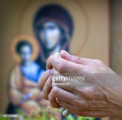 Mulher rezar com rosary na frente da Igreja ícone : Foto de stock