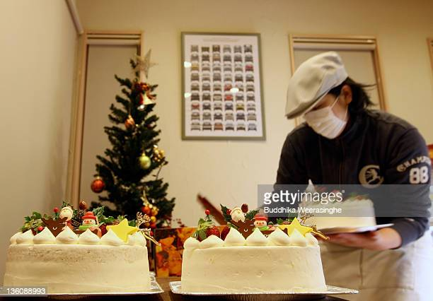 A woman prepares a Japanese style Christmas cake at the Patisserie Akira Cake shop on December 23 2011 in Himeji Japan Final preparations are being...