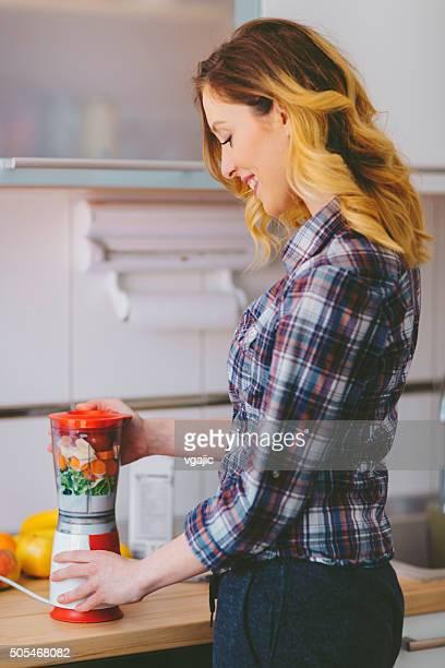 Femme préparant des Smoothies