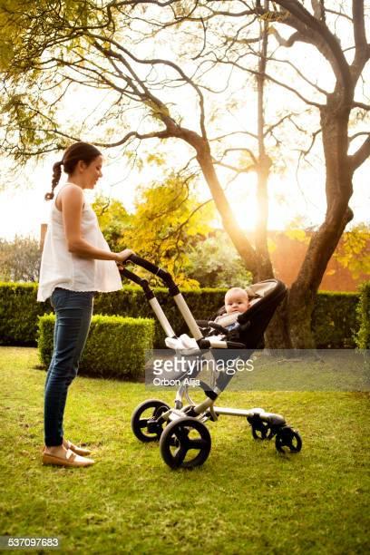 Femme poussant Poussette pour bébé