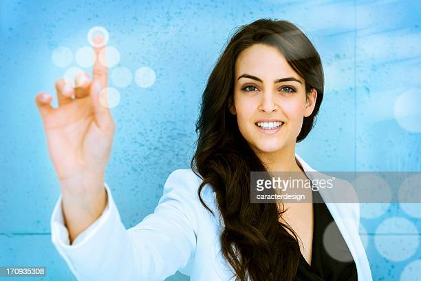 Femme en poussant le bouton virtuel accès