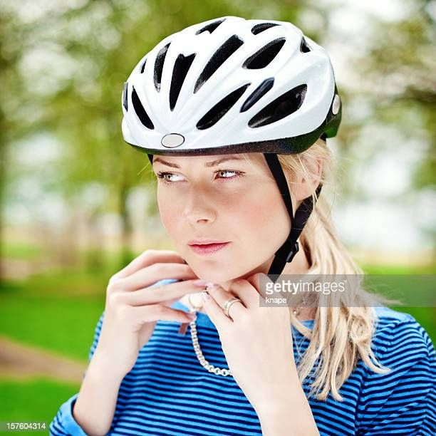 Frau trägt einen Helm