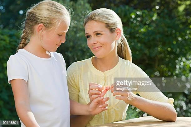 Femme mettant plâtre de fille