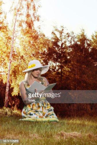 Femme lisant un livre : Photo
