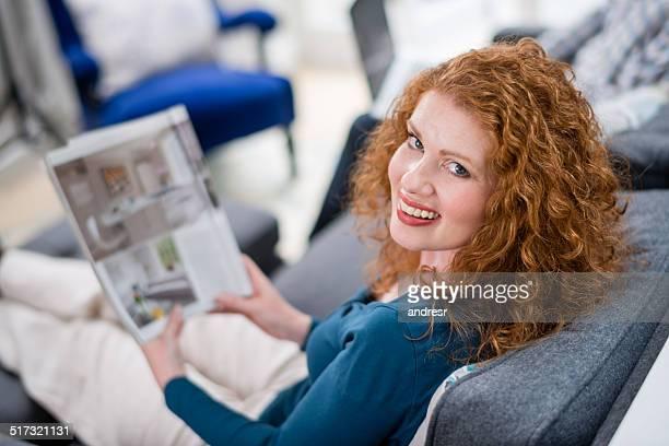 Frau liest wie zu Hause fühlen.