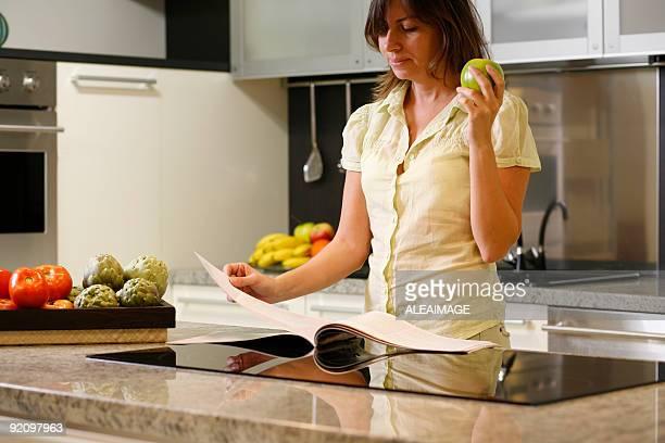 Lectura de mujer en cocina
