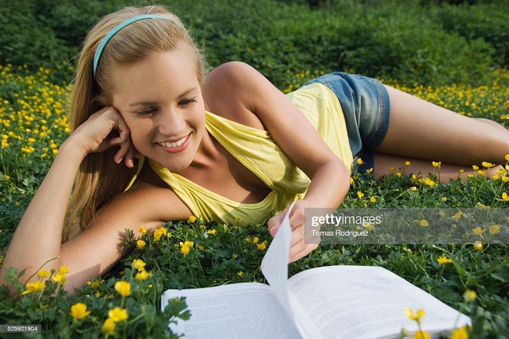 Woman Reading in a Meadow : Stockfoto