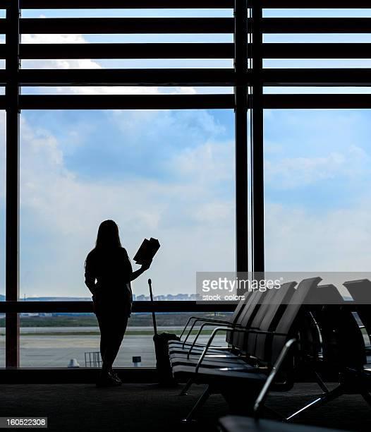Donna lettura in aeroporto