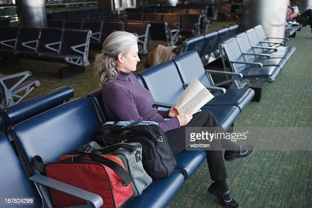 Donna lettura in aeroporto terminal