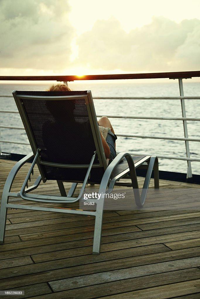 Frau Lesen Auf Deck Des Schiffs Bei Sonnenuntergang Stock
