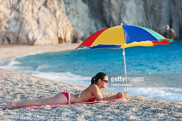 Frau Lesen am Strand
