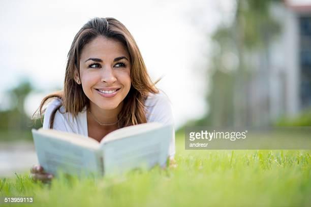 Donna lettura all'aperto