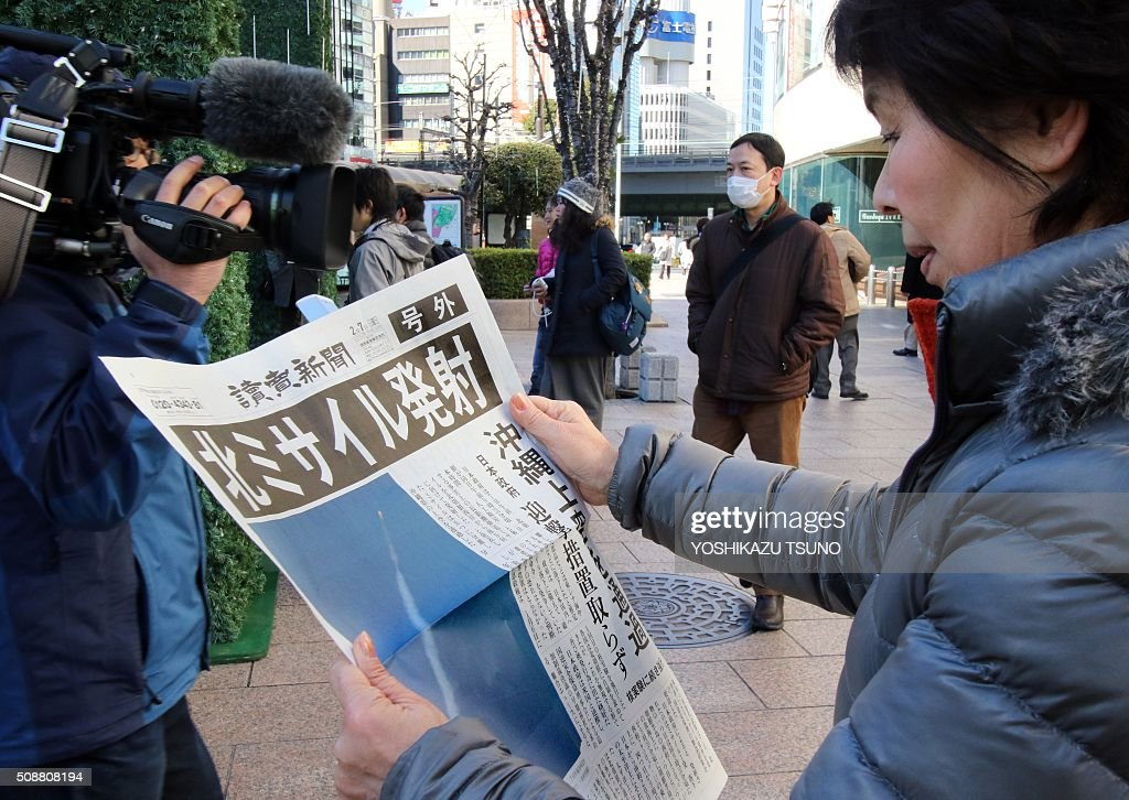 A woman reads an extra edition newspaper in Tokyo which report about North Korea's rocket launch on February 7, 2016. North Korea launched a long-range rocket on February 7, violating UN resolutions and doubling down against an international community already determined to punish Pyongyang for a nuclear test last month. AFP PHOTO / Yoshikazu TSUNO / AFP / YOSHIKAZU TSUNO