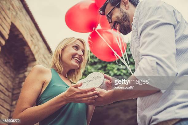 Femme reçoit un cadeau de son homme