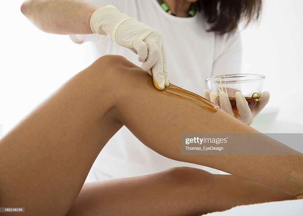 Mujer recibiendo tratamiento con cera de tratamiento : Foto de stock