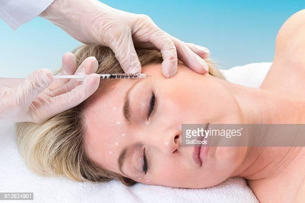 Frau Empfangen von Botox-Spritze