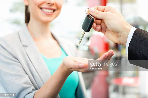 Woman Receiving llave de coche